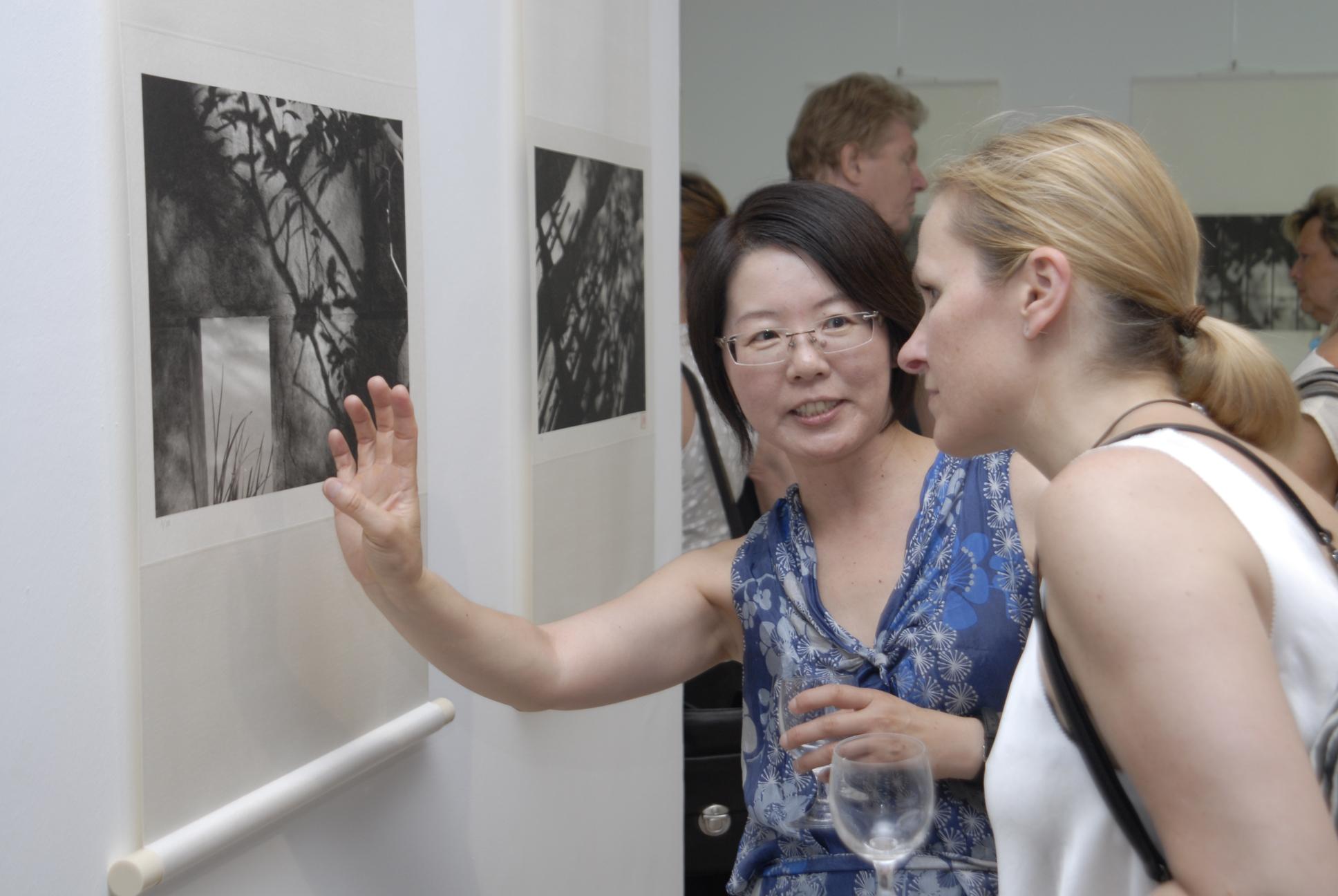 Keiko Tanaka ist ganz in ihrem Element wenn sie die subtilen Eigenschaften japanischer Kunst beschreibt.