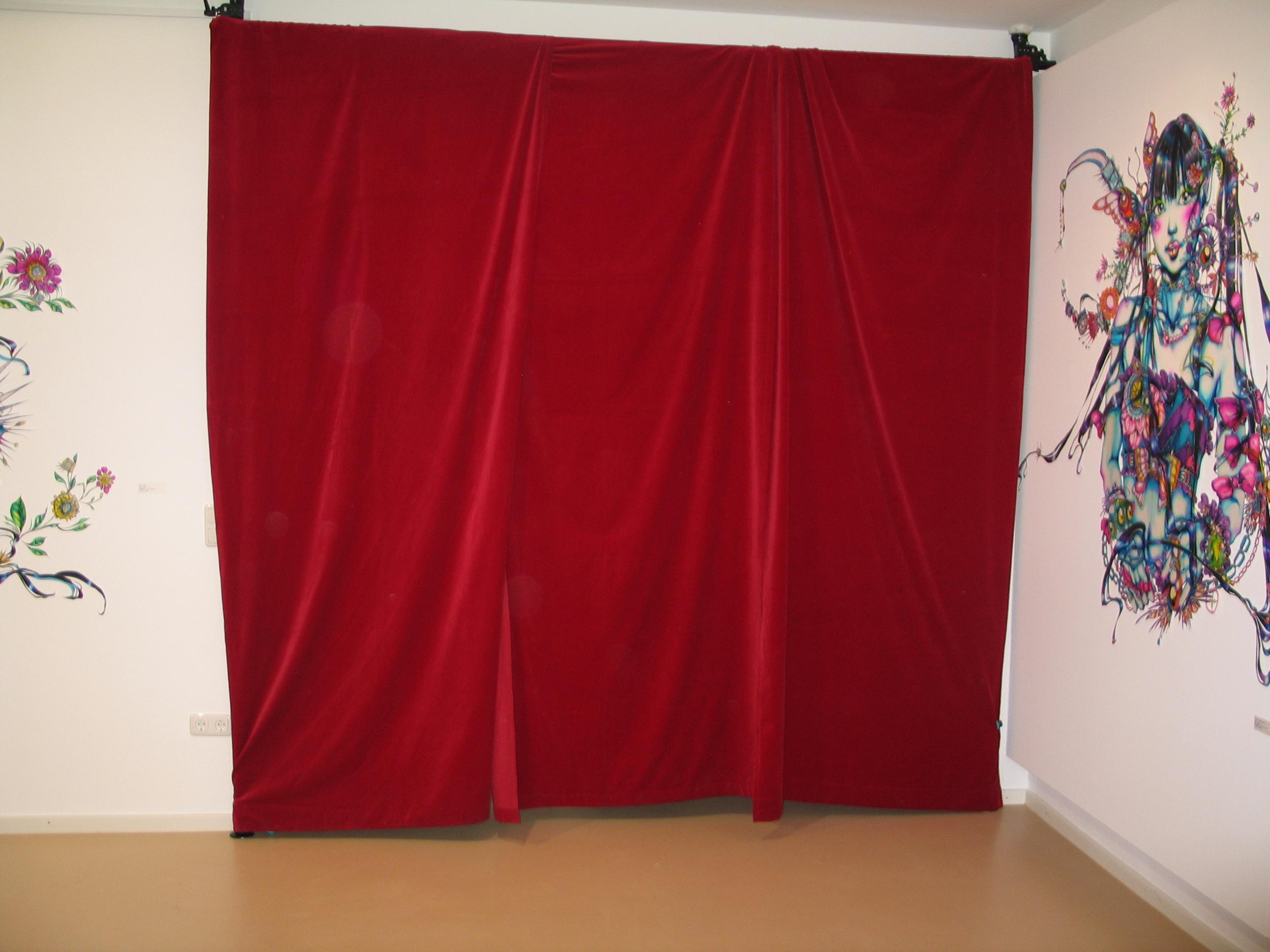 Hinter dem roten Samtvorhang wartet unsere exklusive Installation auf die Besucher von Micheko am 15.10.2011
