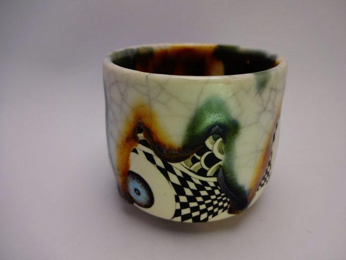 Japanische Keramik mit surrealen Mustern in einem Umfeld ebensolcher Fotografie…